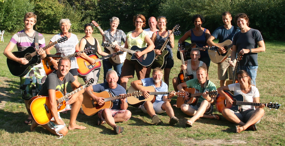 Groepsfoto Gitaarles van Koen Snoek Kampvuur event